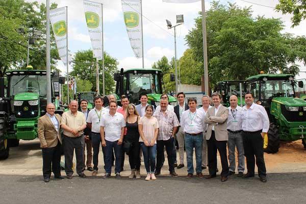 John Deere entrega los primeros tractores de las series 5R y 9R