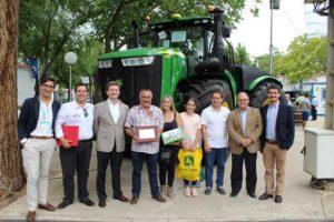 John Deere entrega los primeros tractores de las series 5R y 9R llegados a España