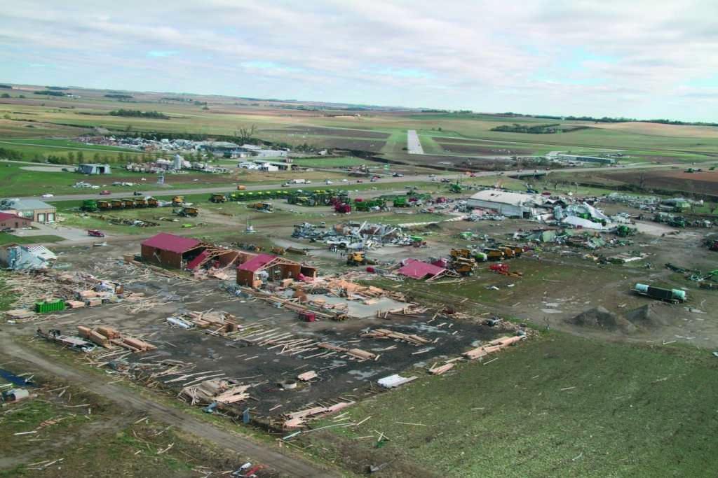 Tornado de fuerza 4 devasta el centro de recolección de Claas. Wayne (Nebraska)