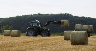 Tractor con pacas