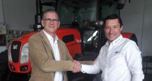 Francisco Baquero (director comercial de SDF) -a la izquierda- y Antonio Real (gerente de Hijos de Antonio Real) -a la derecha- sellan el acuerdo de distribución de la marca SAME