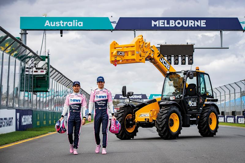 Los pilotos S. Pérez y L. Stroll en Melbourne con una telescópica JCB