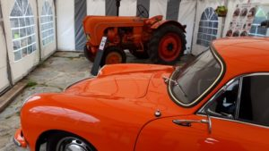 Tractor y auto deportivo Porsche