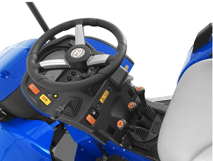 POWER CLUTCH SYSTEM: Pulsador en las levas de inversor y marchas que evita usar el pedal embrague.